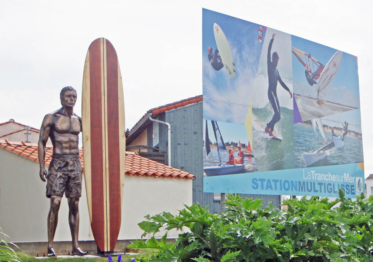 sculpture surfeur bronze planche surf bois